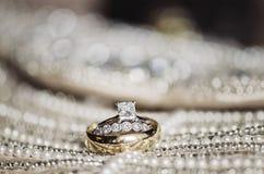 在衣服饰物之小金属片和珍珠的婚戒 库存图片
