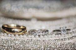 在衣服饰物之小金属片和珍珠的婚戒 免版税图库摄影