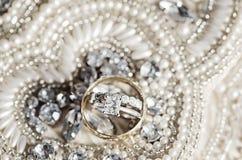 在衣服饰物之小金属片和珍珠的婚戒 免版税库存图片