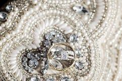 在衣服饰物之小金属片和珍珠的婚戒 库存照片
