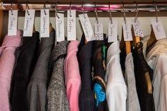 在衣橱的几天之前排序的衣裳 免版税库存照片
