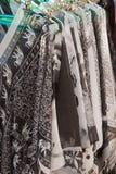 在衣橱的黑白衣裳吊 免版税库存照片