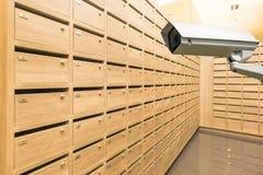 在衣物柜木邮箱的唯一CCTV安全监控相机 免版税库存照片
