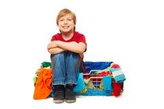 在衣物篮子的一个逗人喜爱的孩子 免版税库存照片