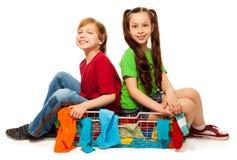 在衣物篮子的二个孩子 库存图片