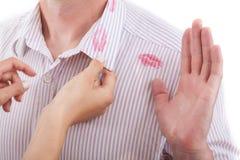 在衣领的唇膏 库存照片
