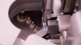 在补充药物制造的天线罩包装机器 片剂打包机在制药公司中 配药 股票录像