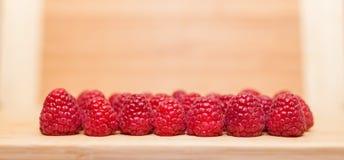 在表上安排的健康莓 免版税库存图片