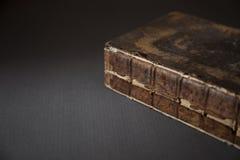 在表上的一本古色古香的打破的书, 库存照片