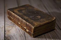 在表上的一本古色古香的打破的书 图库摄影