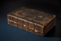 在表上的一本古色古香的打破的书 免版税库存图片