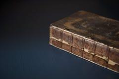 在表上的一本古色古香的打破的书 库存图片