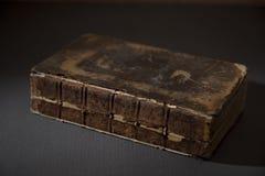 在表上的一本古色古香的打破的书 库存照片