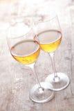 在表上的两块典雅的香宾玻璃 免版税库存照片