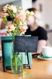 在表上的假装菜单框架在酒吧餐馆咖啡馆,在咖啡馆,后备的空的模板板条的后备的桌 图库摄影