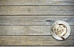 在表上的咖啡杯 库存照片