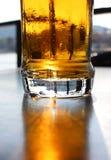 在表上的啤酒杯 免版税图库摄影