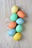 在表上的宽松复活节彩蛋 库存照片