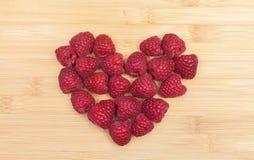 在表上的心脏形状安排的莓 库存照片