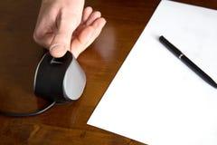 在表上的手指扫描在纸和笔旁边 库存图片