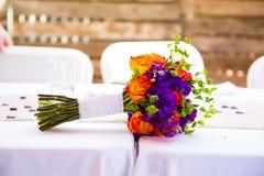 在表上的新娘婚礼花束 免版税图库摄影