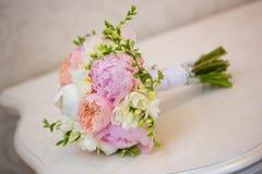 在表上的新娘的花束 库存照片