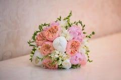 在表上的新娘的花束 免版税库存照片