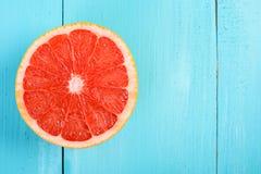 在表上的新红色葡萄柚切片 免版税库存照片
