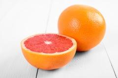 在表上的新鲜的红色葡萄柚 库存图片