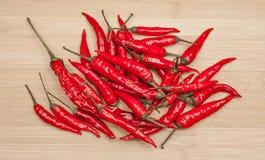 在表上的新鲜的红辣椒堆 库存图片