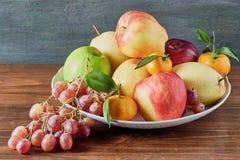 在表上的果子静物画 免版税图库摄影