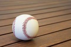 在表上的棒球 库存照片