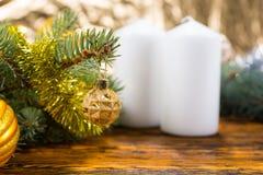 在表上的欢乐杉木分支与白色蜡烛 免版税库存图片