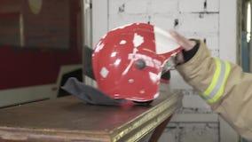在表上的消防员的盔甲 影视素材