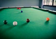 在表上的落袋球球台和落袋撞球球 免版税图库摄影