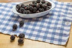 在表上的黑莓在窗口光 免版税库存图片