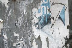 在表决以后的被撕毁的海报在锡构造了墙壁 被剥去的报纸 库存图片