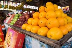 在表安置的果子的各种各样的类型 免版税库存照片