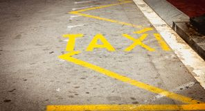 在表明一条出租汽车线的路的黄色油漆 免版税库存图片