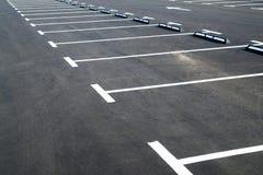 在表明停车位的沥青路面的标号 免版税库存图片