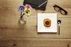 在表木头的焦糖奶油 库存照片