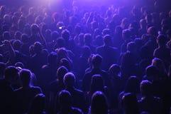 在表现dj期间的人群在夜总会 免版税库存照片