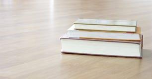 在表的书 免版税库存图片