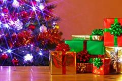 在表的圣诞节礼物 免版税库存图片