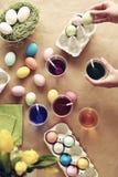 在表的复活节彩蛋 免版税库存照片