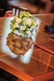 在表的婚礼花束 库存照片
