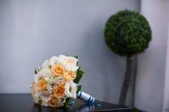 在表的婚礼花束 免版税库存图片