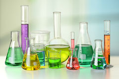 在表的实验室玻璃器皿 库存图片