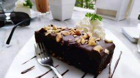 在表的巧克力蛋糕 图库摄影