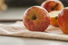 在表的成熟红色苹果 库存图片